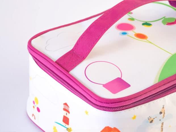 Canastilla para el ajuar del bebé con asa de color perfectamente a juego y cierre de cremallera