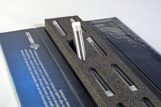 Dreiteilige Magnetklappbox mit Schaumstoffeinlage für Röhrchen mit Musterproben von Industriemineralien