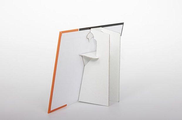 Un expositor de mostrador con una peana de apoyo trasera plegable para que el display de ventas se pueda entregar en plano
