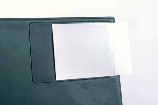 Pochette pour carte de visite sur la couverture du porte-vues