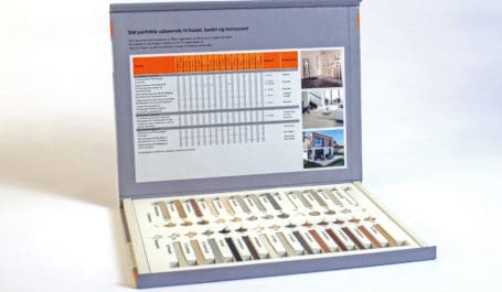 Présentoir avec cale thermoformée imprimée pour joints ciment et silicone