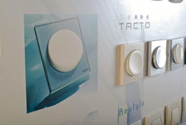 Befestigung der Lichtschalter auf der Präsentationstafel ohne Unterputzteil