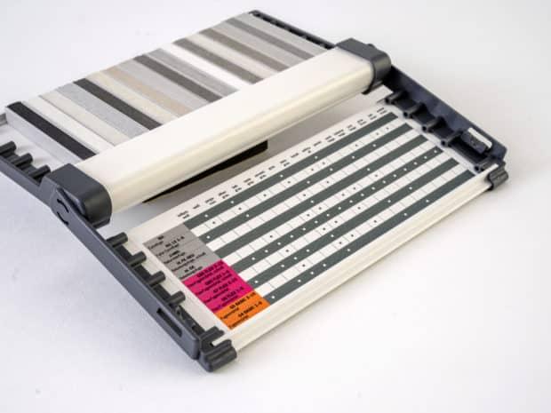 Impression sur-mesure sur le fond et la base du nuancier-PLV et collage autocollant à l'intérieur