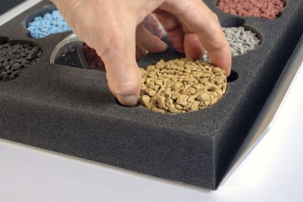 Découpe coup de pouce dans mousse pour faciliter la prise en main des échantillons