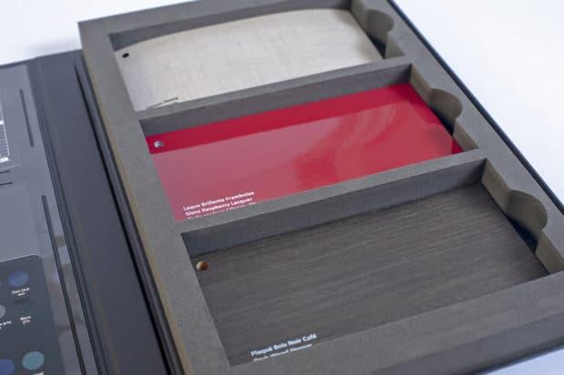 Découpe sur-mesure de la mousse aux dimensions des liasses avec coups de pouce