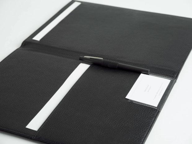 Création d'emplacements sur-mesure : passant crayon, poches et logement bloc-notes