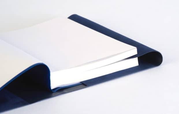 Ajout d'un rabat marque-page sur-mesure pour couverture de livre de messe en PVC