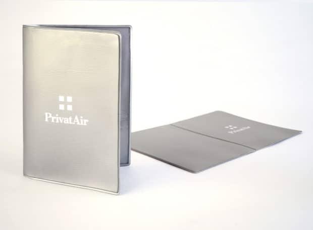 Étui pour passeport en PVC souple : résistant, pratique et facile à transporter sur soi.