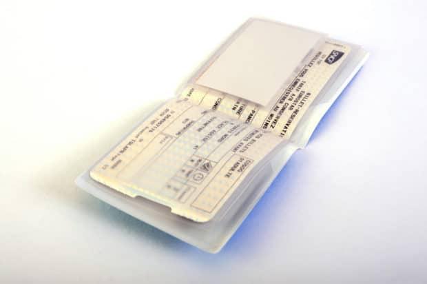 Nombreuses poches pour ranger billets de train, carte de fidélité et carte d'abonnement