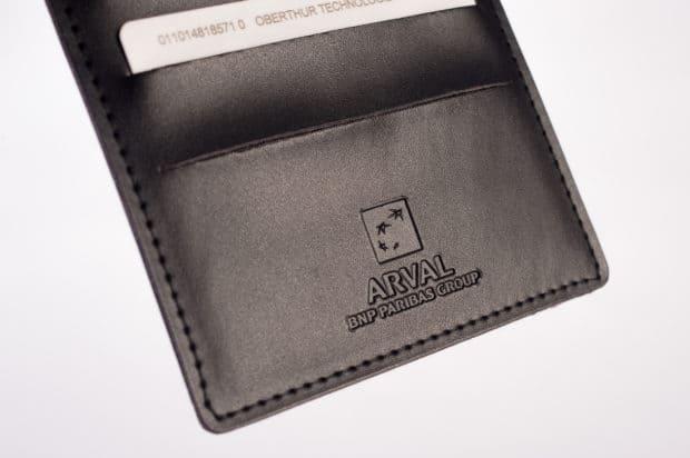 Simili-cuir et finition cousue pour un porte-cartes haut de gamme et durable