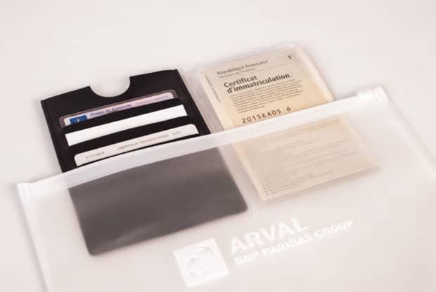 Service-Kit bestehend aus einer Tasche aus EVService-kit-mit-Kartenhalter-und-Fahrzeugscheinhülle