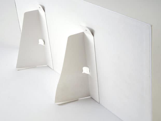 Display de mostrador con doble peana trasera de cartón y ojales para colgar