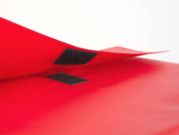 Pochette à rabat équipée d'un Velcro ajustable selon la quantité de documents