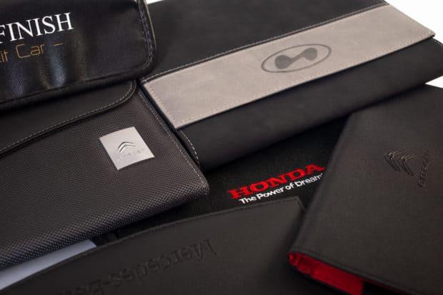 Personnalisation des pochettes porte-documents automobiles par marquage et logo