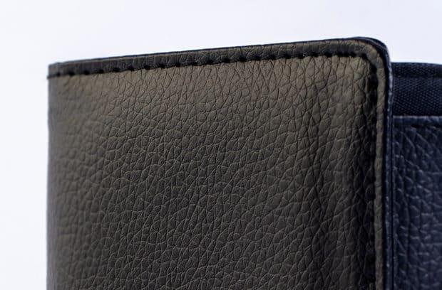 Étui pour cartes en simili-cuir grainé cousu d'un fil de surpiqûre ton sur ton