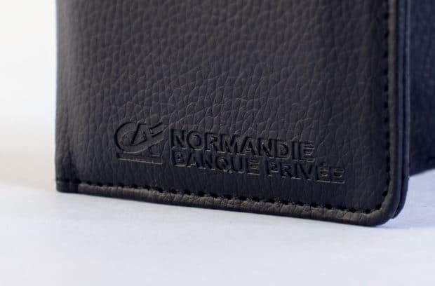Porte-cartes bancaires cousu avec marquage par embossage