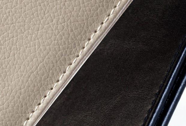 Porte-chéquier en similicuir cousu finement grainé pour effet haut de gamme