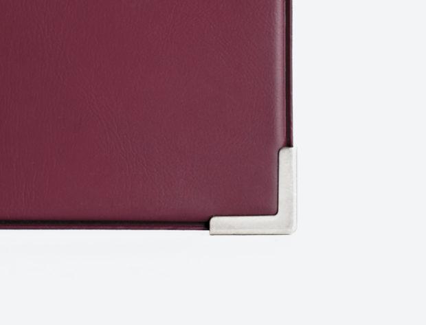 Protection et effet haut de gamme avec les coins en métal doré sur la première du porte-menu