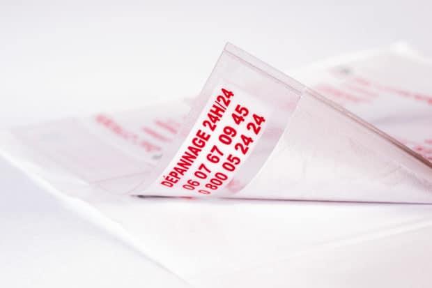 Pochette en cristal adhésif au verso pour affichage sur tous supports