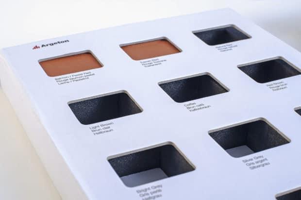 Kartonseiten mit ausgestanzten Fenstern zum Schutz und zur Aufwertung der Farbmusterkollektion