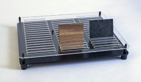 Kompaktes Thekendisplay aus Plexiglas für 50 herausnehmbare Echtmuster von Laminaten und Schichtstoffen auf HPL-Platten