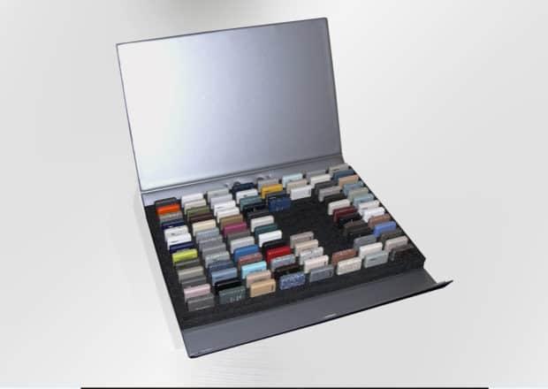 Presentación de las muestras en vertical para ahorrar espacio dentro de una maleta de PVC compacta