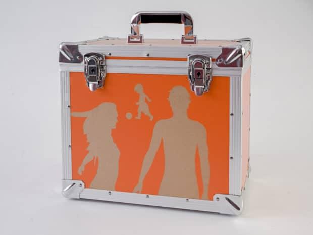Valise aluminium : panneau de bois avec revêtement PVC fraisé pour faire ressortir le bois