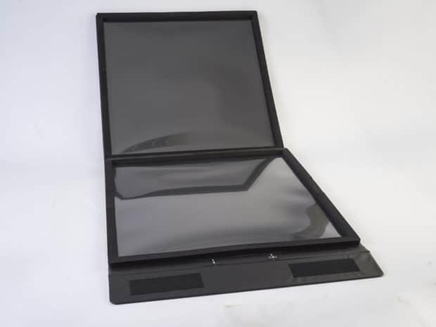 Una base de espuma gruesa protege y sujeta la muestra de azulejo dentro de la maleta muestrario durante el transporte