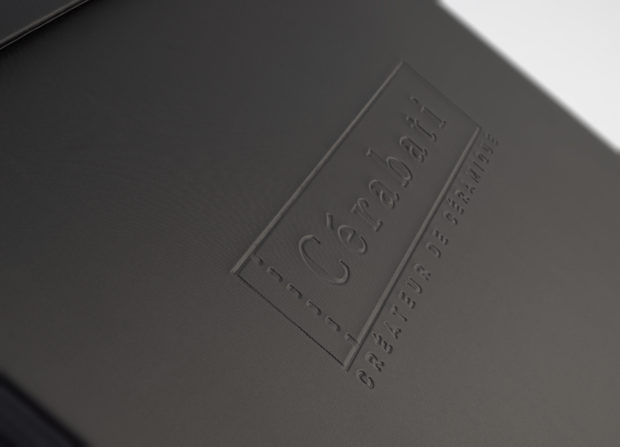 Personalización de la maleta de muestras con un elegante estampado con relieve ciego