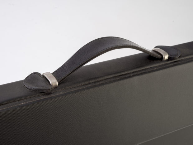 Présentoir pour grand échantillon de céramique avec poignée en simili-cuir cousue haut de gamme