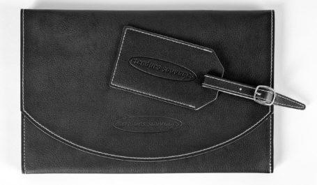 Kit de voyage coordonné avec pochette à rabat et porte-étiquette réalisés sur-mesure