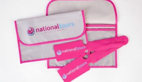 Portadocumentos de viaje y etiquetas de viaje a juego con los colores y la imagen de tu marca