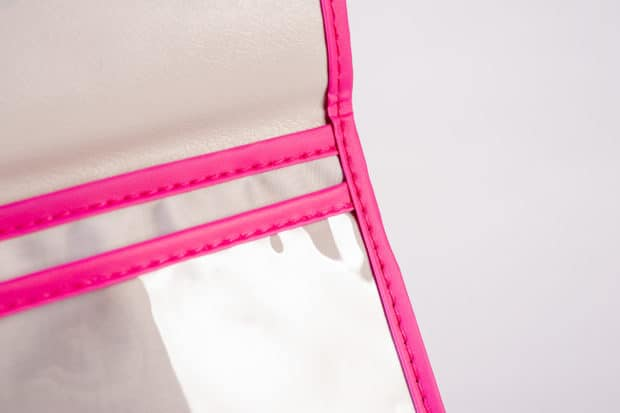 Genähte Tasche für Reisedokumente aus einer Materialkombination von wasserabweisendem Nylon und durchsichtigem PVC