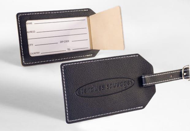 Porte-étiquette en simili-cuir cousu grainé à l'extérieur, lisse et contrastant à l'intérieur