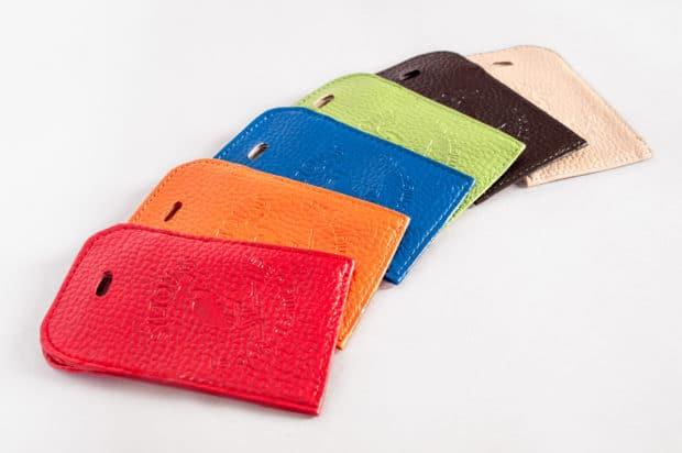 Breite Auswahl an klassischen Farben oder Trendfarben für individuelle Kofferschilder und Gepäckanhänger