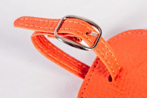 Porte-étiquette bagage en simili-cuir finition couture avec bride réglable