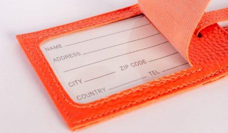 Etiqueta de equipaje de cuero sintético hecha a medida con una lámina protectora transparente para el campo de dirección impreso en negro