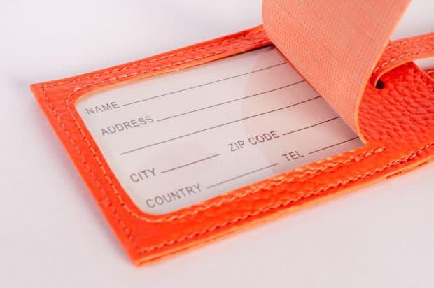 Maßgeschneiderter Kofferanhänger aus Kunstleder mit durchsichtiger Schutzhülle für schwarz bedrucktes Adressfeld