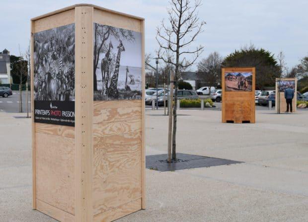 Totem aus Massivholz für Fotoausstellung im Freien – Entwurf und Herstellung Design Duval