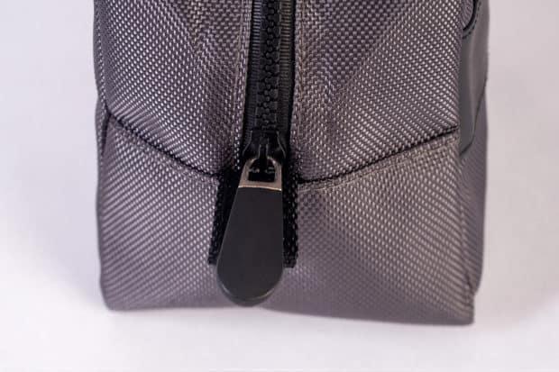 Herren-Kulturtasche für den Mann mit breitem Reißverschluss aus PVC und dickem Zipper aus Gummi