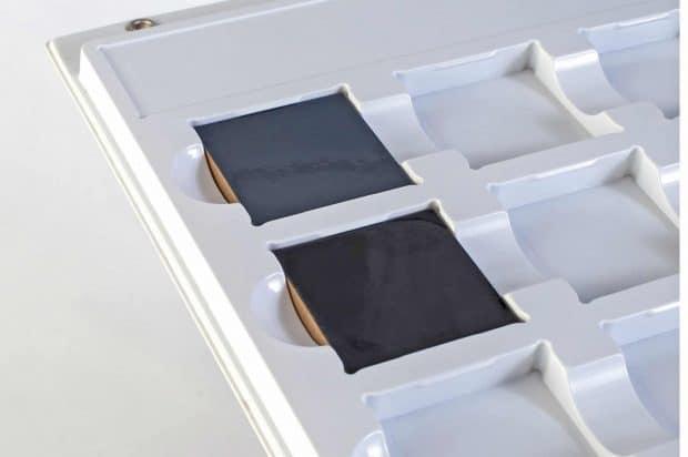 Maβgefertigtes Tiefziehteil mit Musternestern und Klipsen für herausnehmbare Echtmuster