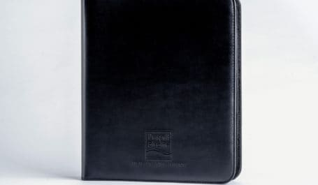 Conférencier conçu sur-mesure et personnalisé, finition cousue en simili-cuir au format