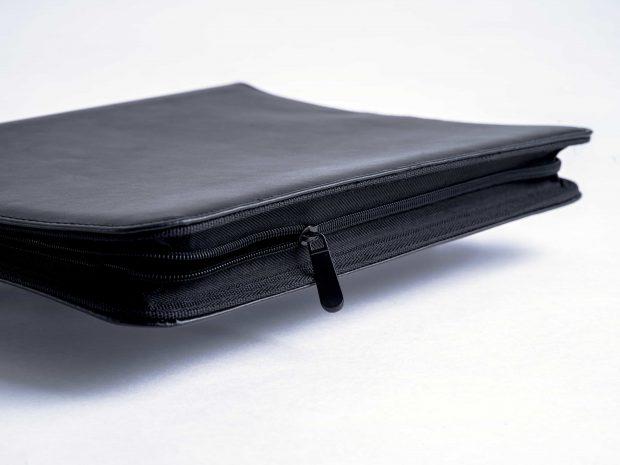 Conférencier en simili-cuir conçu sur-mesure avec une fermeture zippée totale