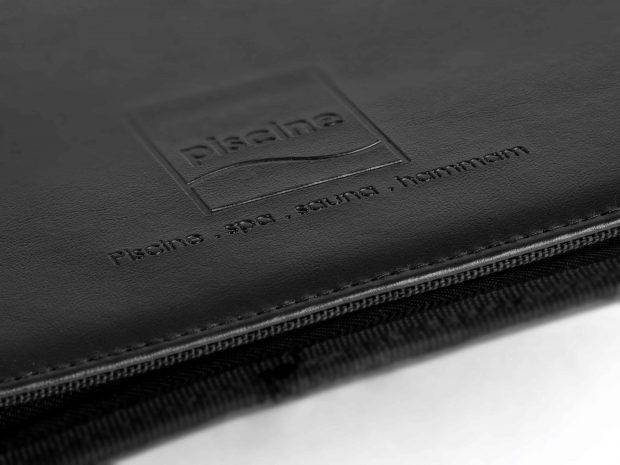 Conférencier en simili-cuir personnalisé avec marquage en creux au nom du client