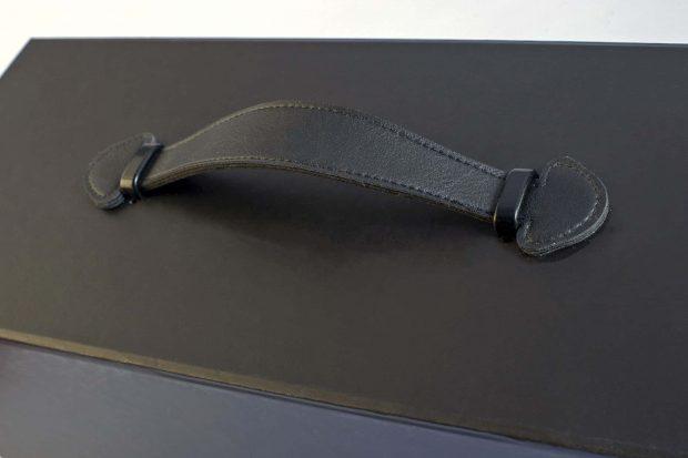 Poignée aspect cuir avec coutures finition et ferret métal