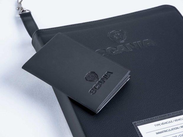 Réalisation sur-mesure d'une pochette et d'un étui carte grise assortis pour la location de vos PL