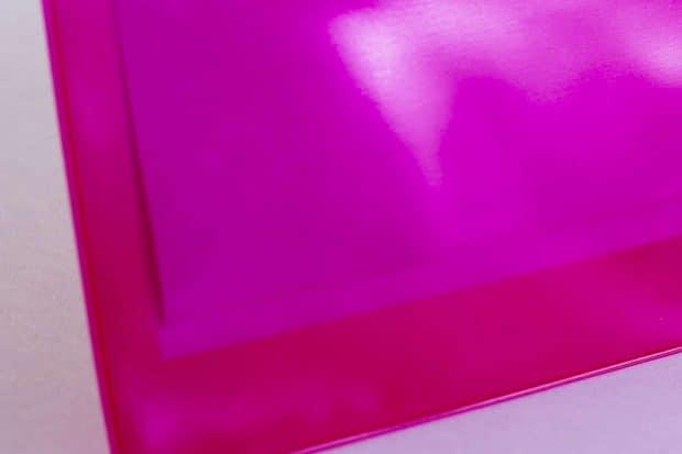 Pochette en PVC translucide teintée pour mettre en valeur le produit contenu