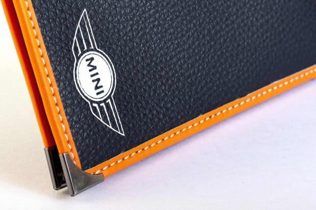 Étui carte grise haut de gamme: finition cousue, gansage, coin métal, aspect cuir