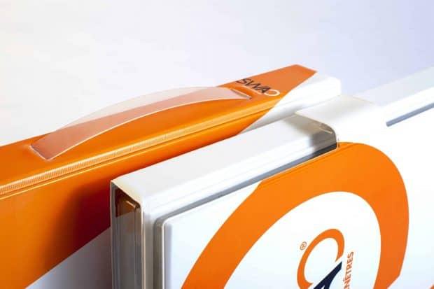 Absenkbarer Tragegriff aus PP und Verschlusslasche mit Klettverschluss für den praktischen Transport der Musterpräsentation